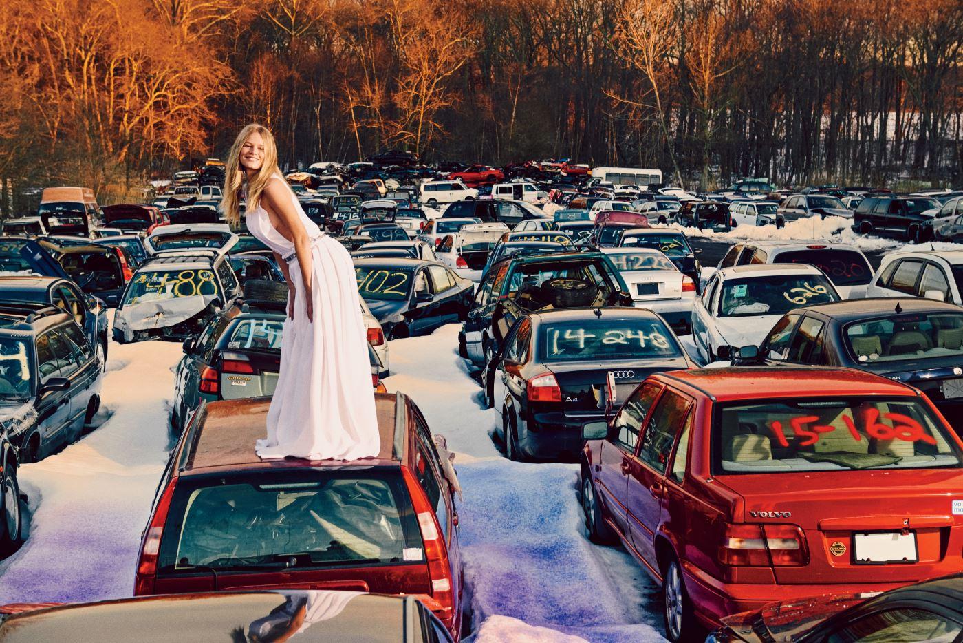 소매가 과감하게 파인 흰색 롱 드레스는 Carolina Herrera 제품. Beauty note: 클라란스의 Body Shaping Cream으로 군살을 정돈하라.