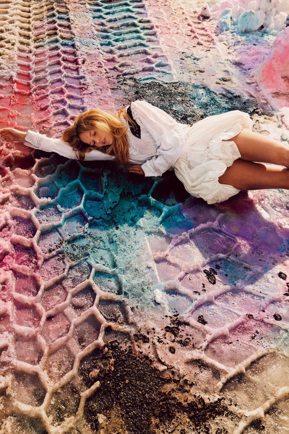 볼륨감 넘치는 러플 장식 드레스는 Louis Vuitton 제품. Beauty note: 라프레리의 셀룰라 스위스 UV 프로텍션 베일 SPF 50으로 자외선을 차단할 것.