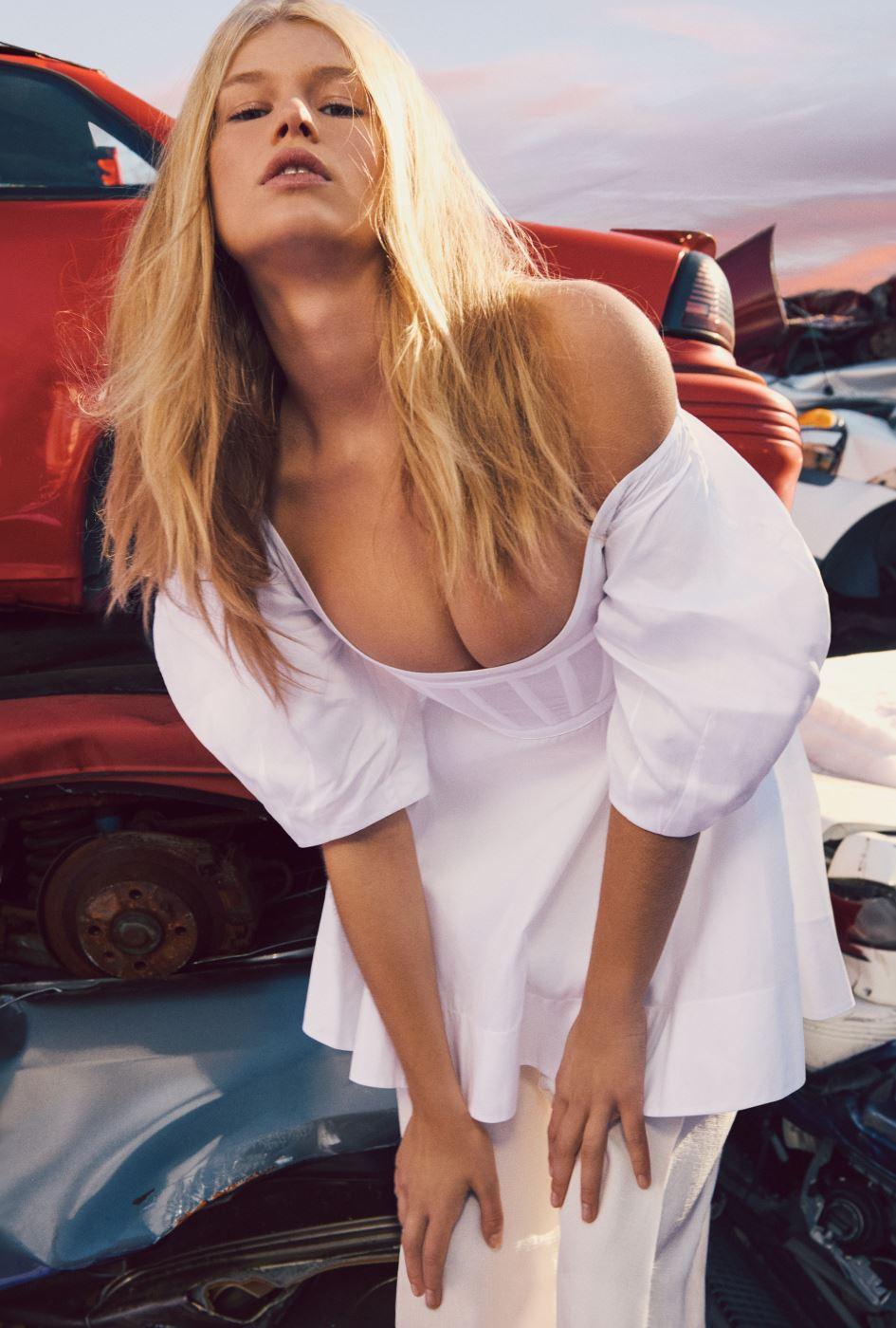 가슴이 깊게 파인 흰색 톱과 팬츠는 Celine 제품.