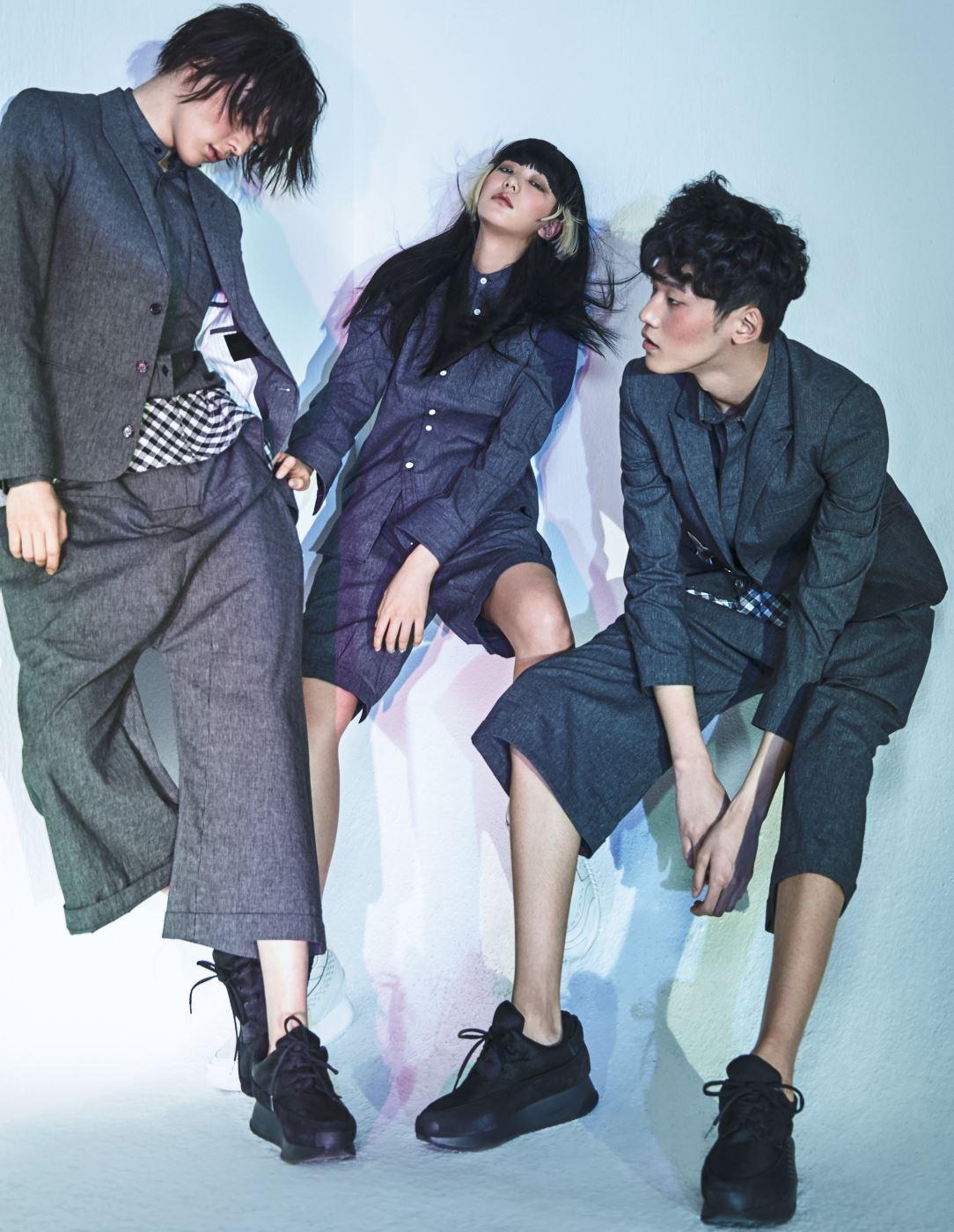 울처럼 보이는 시각적 소재감이 특징인 톡톡한 면 소재를 사용한 재킷과 셔츠, 팬츠, 그리고 투박해서 더 멋진 스니커즈는 모두 문수권 제품.