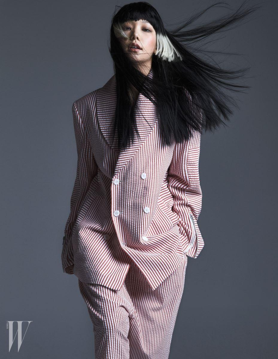 여성이 오버사이즈로 입어도 멋스러운 시어서커 소재 더블브레스트 슈트는 문수권 제품.