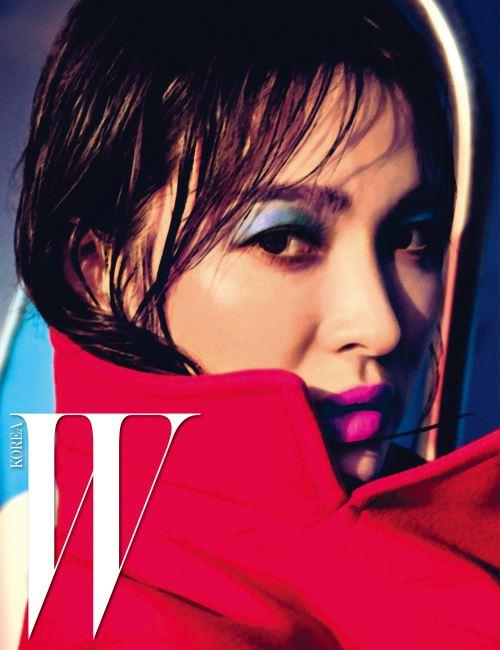 강렬한 빨간색 코트는 Dior 16 Fall 제품.