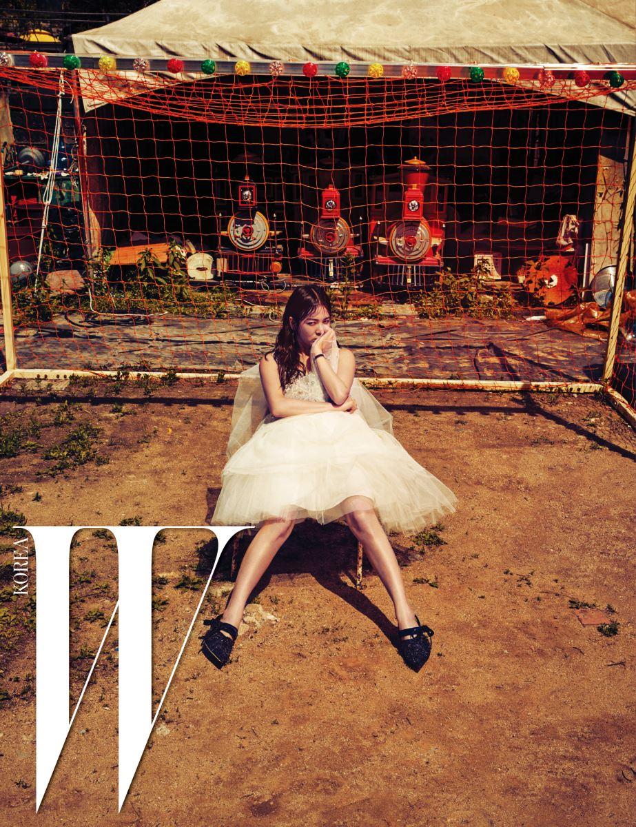 로맨틱한 튤 드레스, 벨벳 리본 장식 슬링백은 Dior 16 Fall, 블랙 새틴 스트랩 시계는 Dior Fine Jewelry 제품