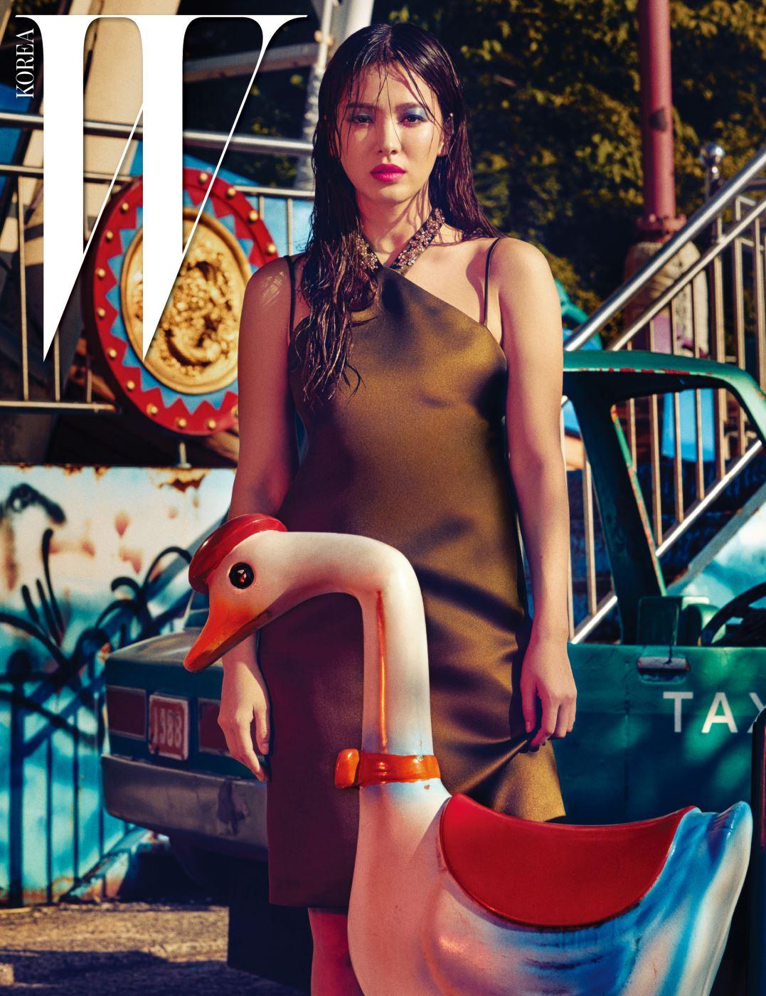 주얼 장식 네크라인이 독특한 새틴 미니 드레스는 Dior 16 Fall 제품.