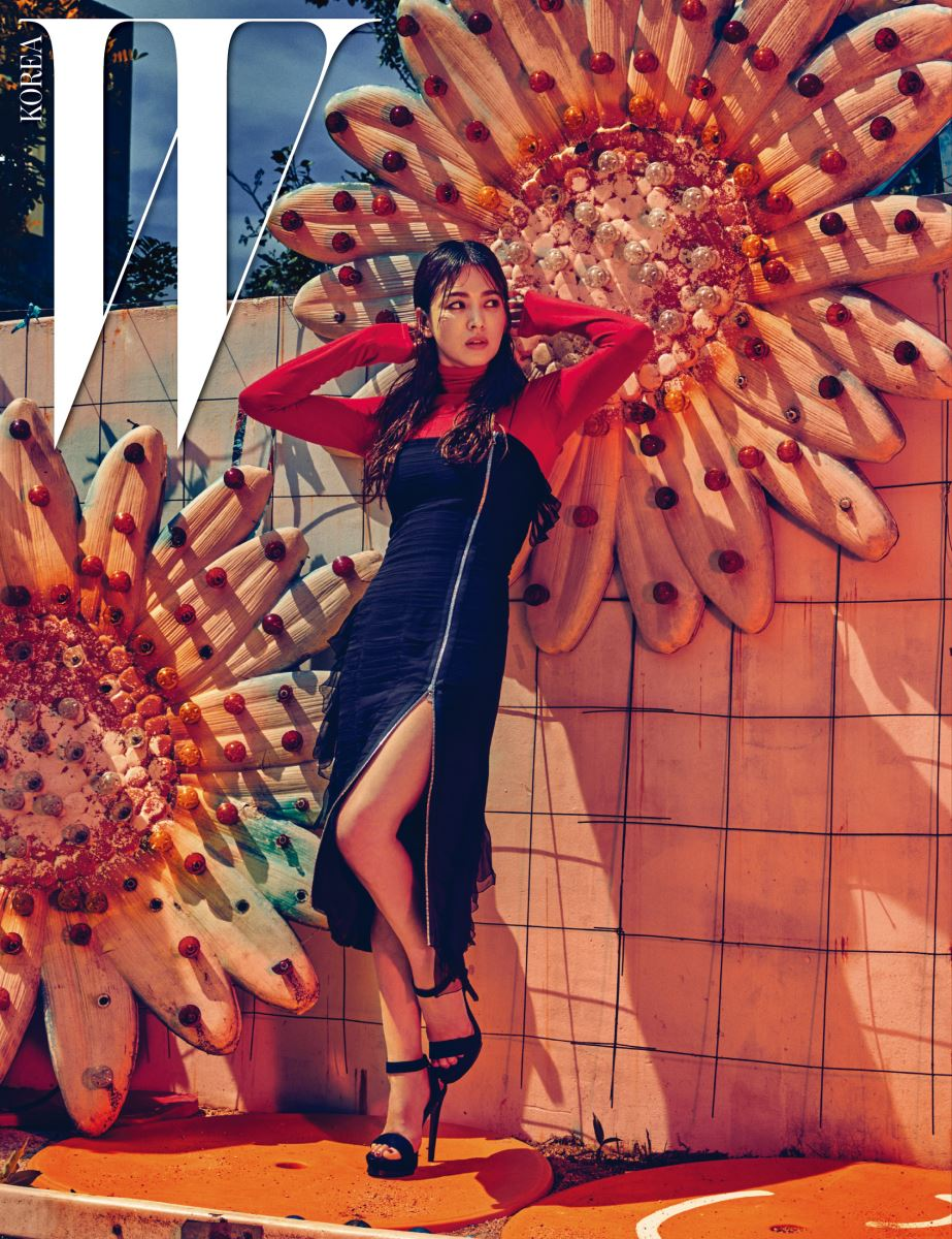 러플이 장식된 튜브톱 드레스, 빨간색 풀오버는 Dior 16 Fall 제품.