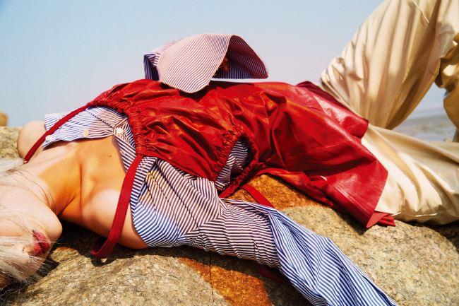 줄무늬 오프숄더 블라우스는 렉토 제품. 18만7천원. 붉은색 가죽 원피스와 팬츠는 셀린 제품. 가격 미정. 목걸이는 넘버링 제품. 19만8천원.