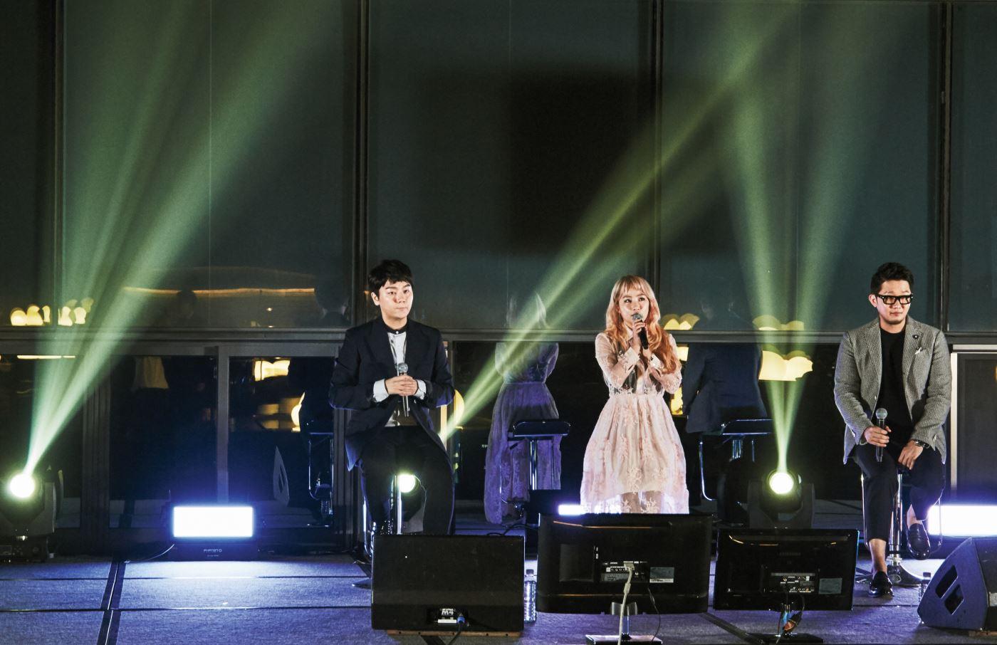 초대한 셀렙 친구들을 관객 삼아 신곡을 선보인 어반자카파(왼쪽부터 권순일, 조현아, 박용인).