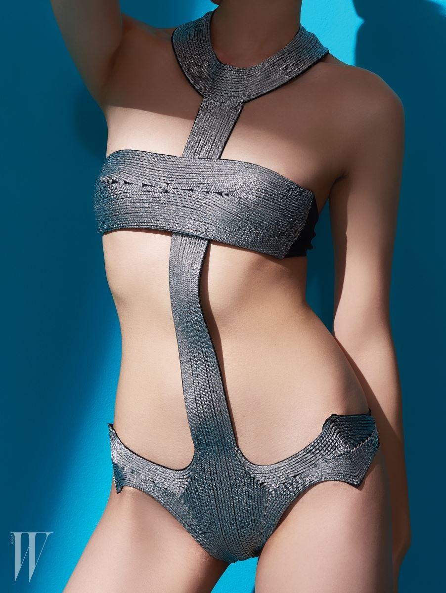 과감한 형태의 수영복은 라펠라 제품. 1백93만원대.