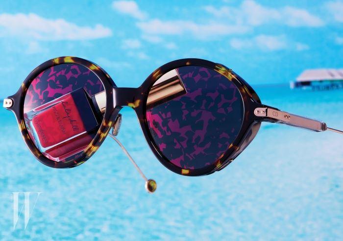 미러 렌즈에 패턴을 더한 선글라스는 디올 by 사필로.