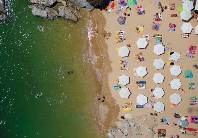 해변을 빼곡하게 채운 파라솔과 바다가 멋진 그레이 말린의 작품.