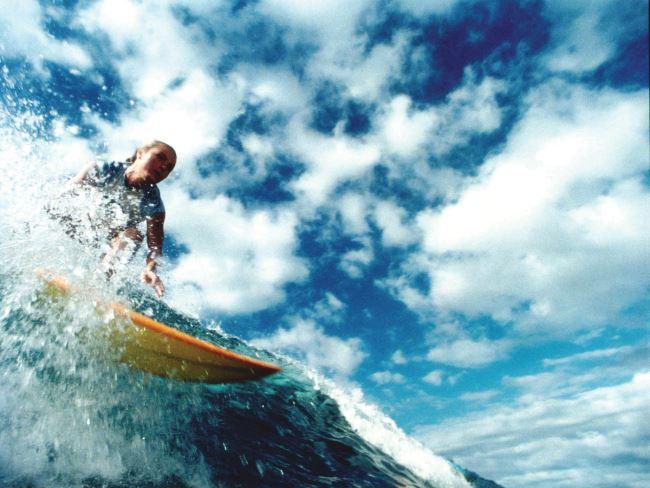 여성 서퍼들의 패션을 참고하기 좋은 서핑 영화 의 한 장면.