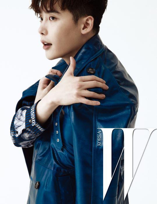 화려한 프린트 셔츠는 Versace, 짙은 푸른색의 가죽 재킷은 AM.WE 제품.