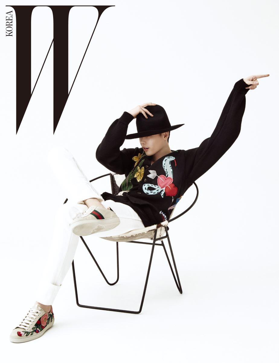 펠트 소재의 조형적인 모자, 화려한 엠브로이더리 스웨터와 팬츠, 캐주얼한 슈즈는 모두 Gucci 제품.