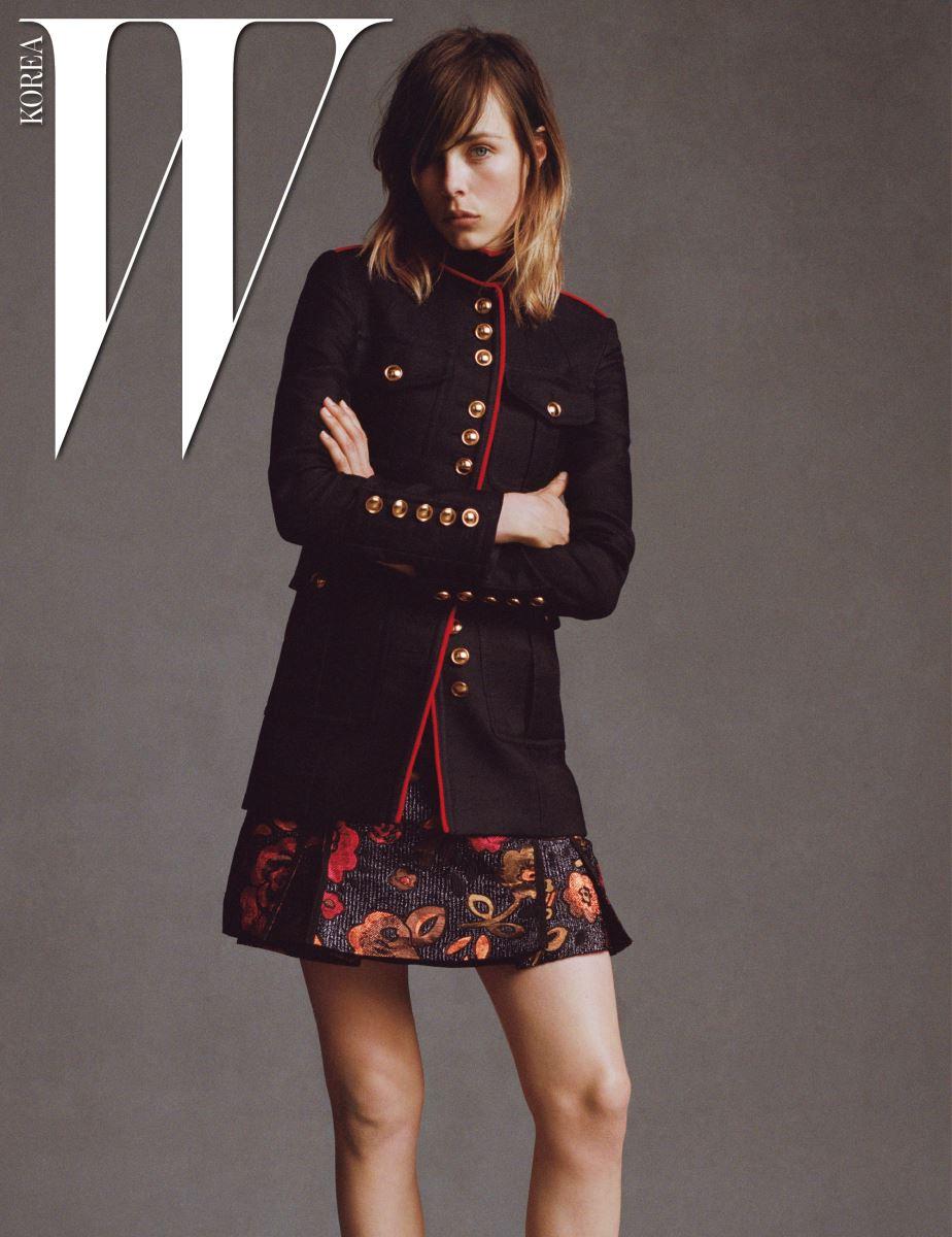 밀리터리 코트, 화려한 꽃무늬의 엠브로이더리 드레스는 Burberry 제품.