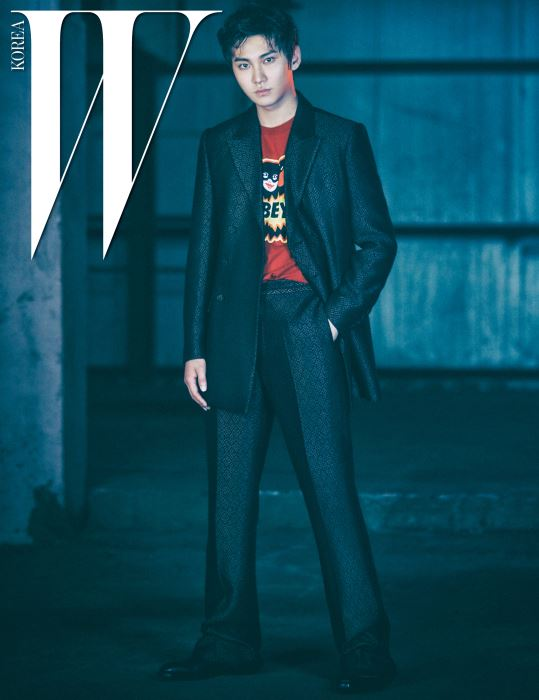 승현이 입은 재킷과 팬츠는 모두 Kimseoryoung, 붉은색 톱은 Obey by Worksout, 검은색 부츠는 Punktshoes 제품.
