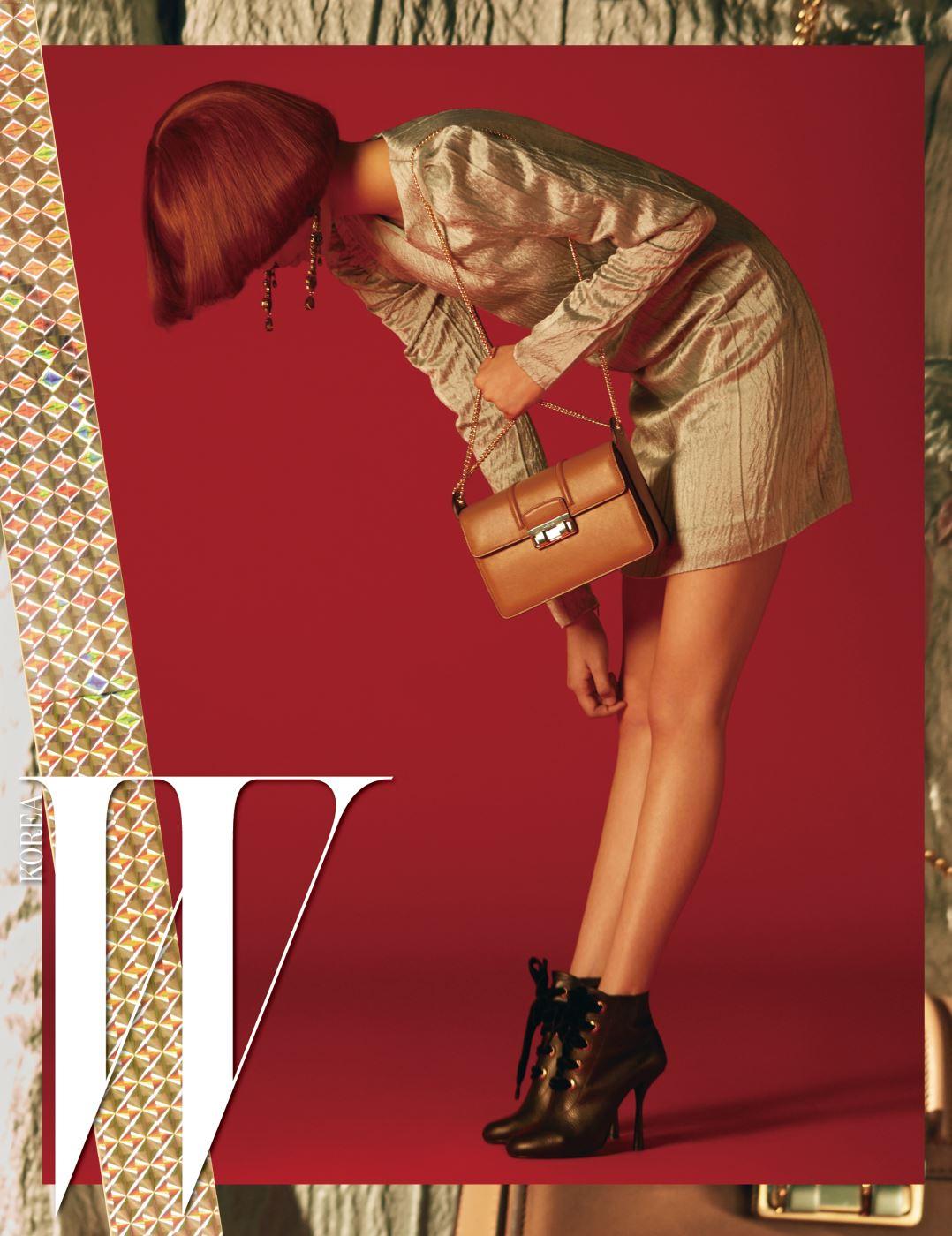 은은한 민트 색상의 태피터 소재 미니 드레스, 빅토리언 풍의 드롭형 이어링, 레이스업 부츠, 그윽한 캐멀 색상의 체인 스트랩 지지(Jiji) 백은 모두 Lanvin 제품.