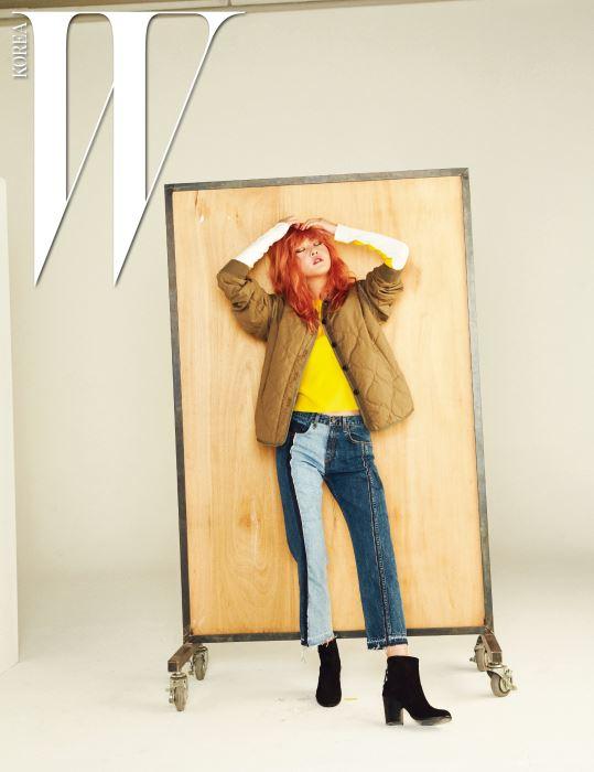 베이지색 퀼팅 재킷, 긴소매가 특징인 세실리 크루넥 니트 스웨터, 두 가지 톤이 어우러진 크롭트 데님 팬츠, 검정 스웨이드 소재의 앵클부츠는 모두 Rag&Bone 제품.