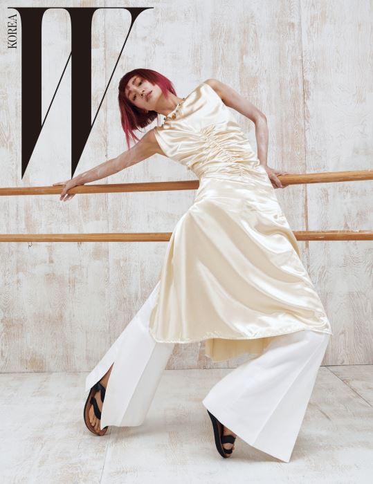 트임 장식 실크 드레스, 플레어 팬츠, 샌들, 옷핀 체인이 독특한 스톤 장식 목걸이는 모두 Céline 제품.