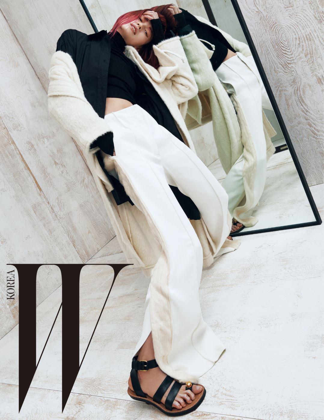 케이프 장식 코트와 박시한 셔츠, 터틀넥 톱, 퍼 장식을 가미한 와이드 팬츠, 샌들은 모두 Céline 제품.