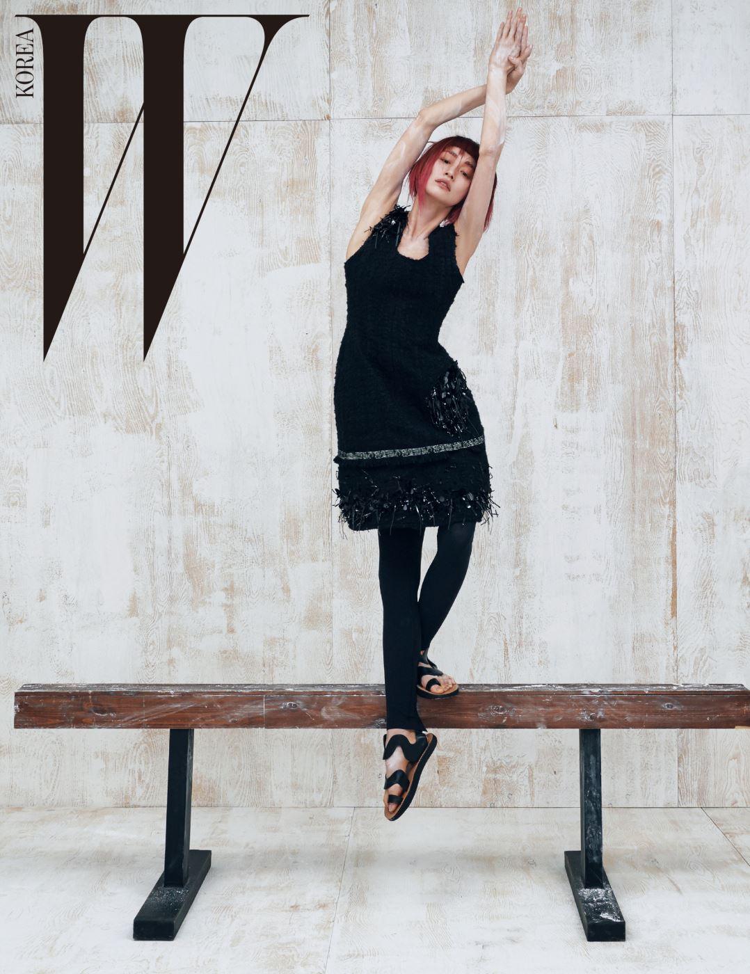 입체적인 꽃무늬 아플리케 드레스와 안에 겹쳐 입은 드레스, 레깅스, 물결 스트랩 샌들은 모두 Céline 제품.