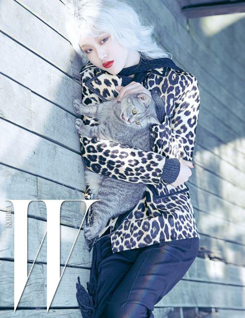 레오퍼드 무늬의 송치 소재 재킷과 검정 팬츠, 얇은 니트 머플러는 모두 Bottega Veneta 제품.
