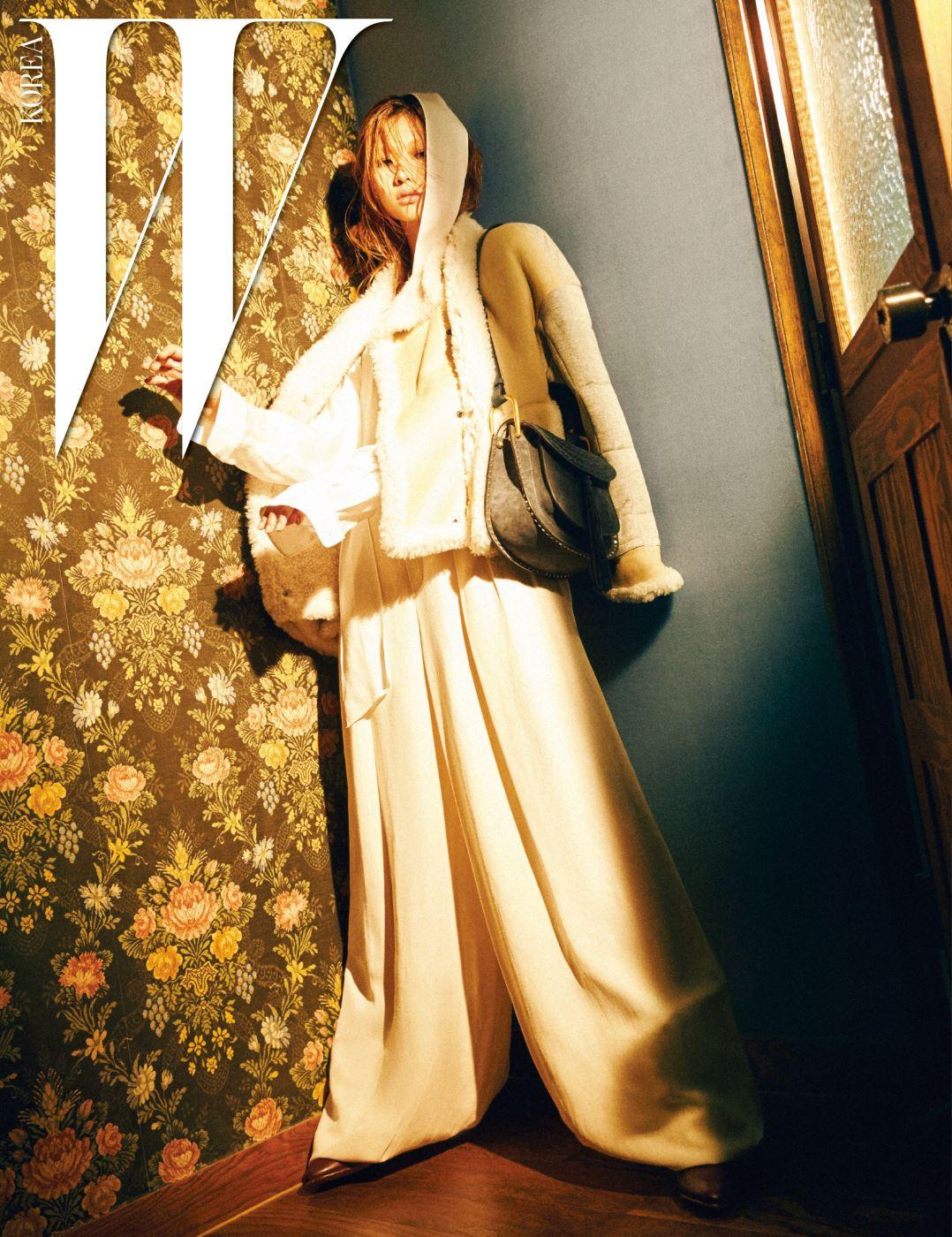 큼직한 무통 재킷, 독특한 주름이 생기는 통 넓은 아이보리색 팬츠, 긴 타이 장식의 블라우스, 자주색 가죽 레이스업 부츠, 태슬 장식의 허드슨 백은 모두 Chloe 제품.
