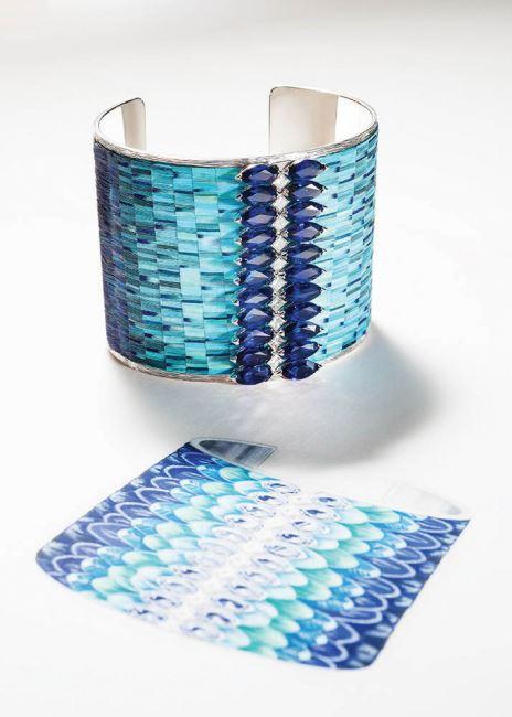 푸른색 그러데이션이 돋보이는 섬세한 깃털 장식 커프와 스케치.