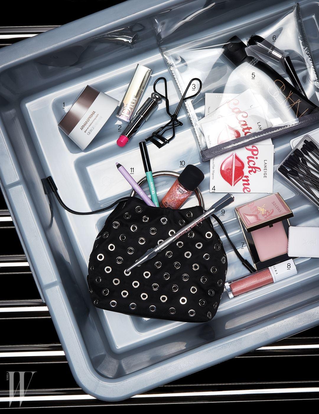 아일릿 패턴의 마이크로 미니 백은 프라다 제품.