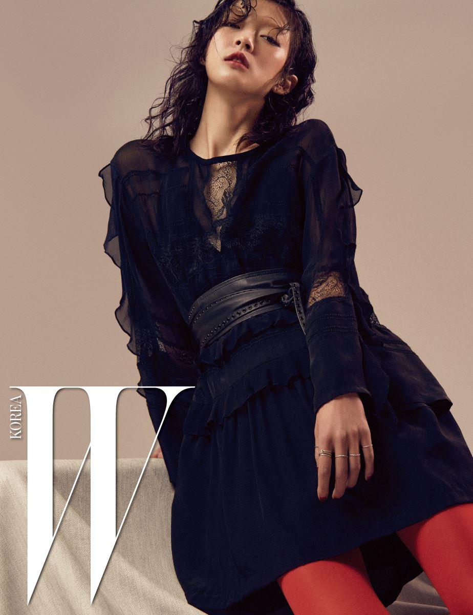 섬세한 레이스와 프릴 장식이 조화를 이룬 시폰 소재의 미니 드레스와 가죽 소재의 오비 벨트는 Iro 제품.