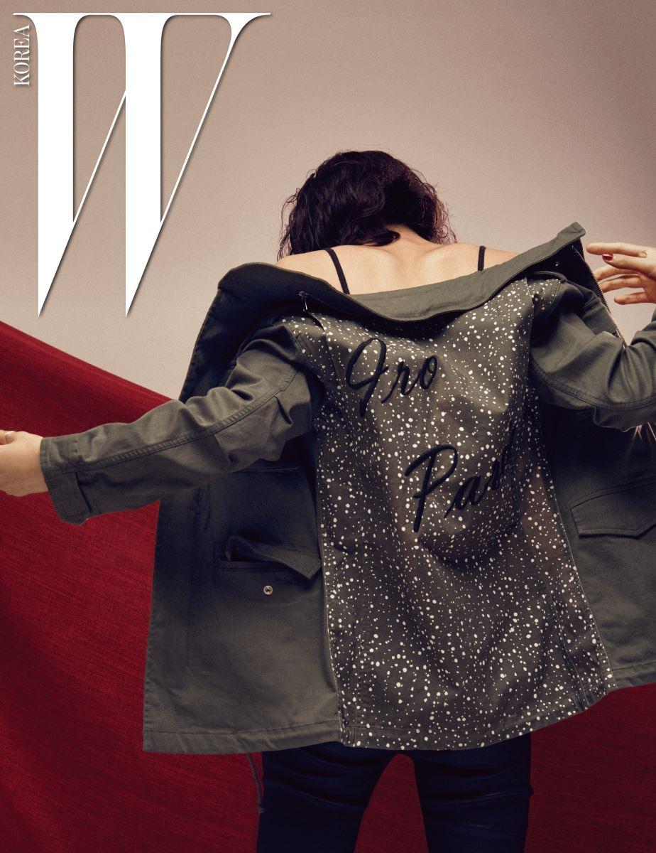 대담한 프린팅으로 인상적인 뒷모습을 완성하는 밀리터리 재킷, 블랙 캐미솔, 스키니 진은 모두 Iro 제품.