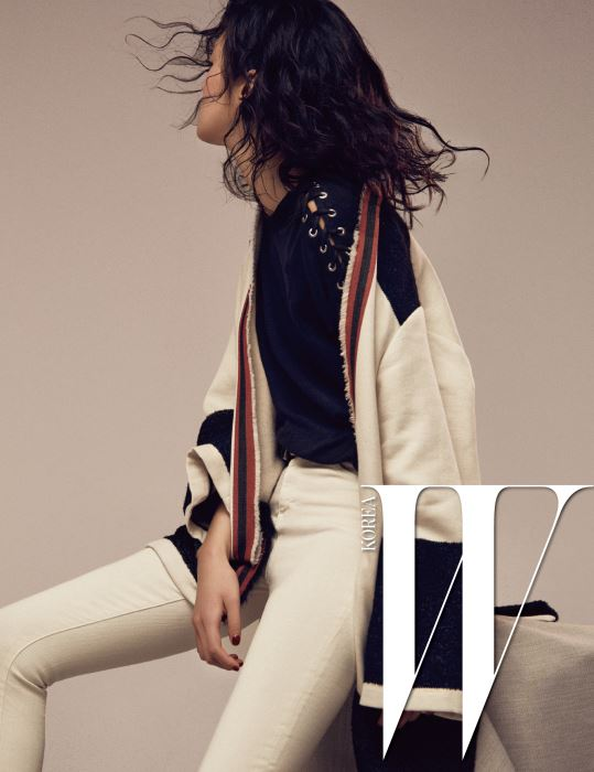 레이스업 장식의 검은색 티셔츠, 가운 형태의 울 소재 재킷, 크림색 스키니 진은 모두 Iro 제품.