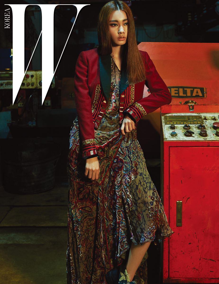 나폴레옹 스타일의 울 재킷, 벨벳 소재의 롱 드레스, 꽃무늬 자수가 장식된 워커는 모두 Etro 제품.