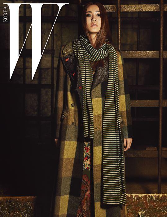 밀리터리 무드의 체크 패턴 롱 코트, 페이즐리와 꽃무늬 패턴이 믹스된 롱 드레스, 줄무늬 머플러는 모두 Etro 제품.