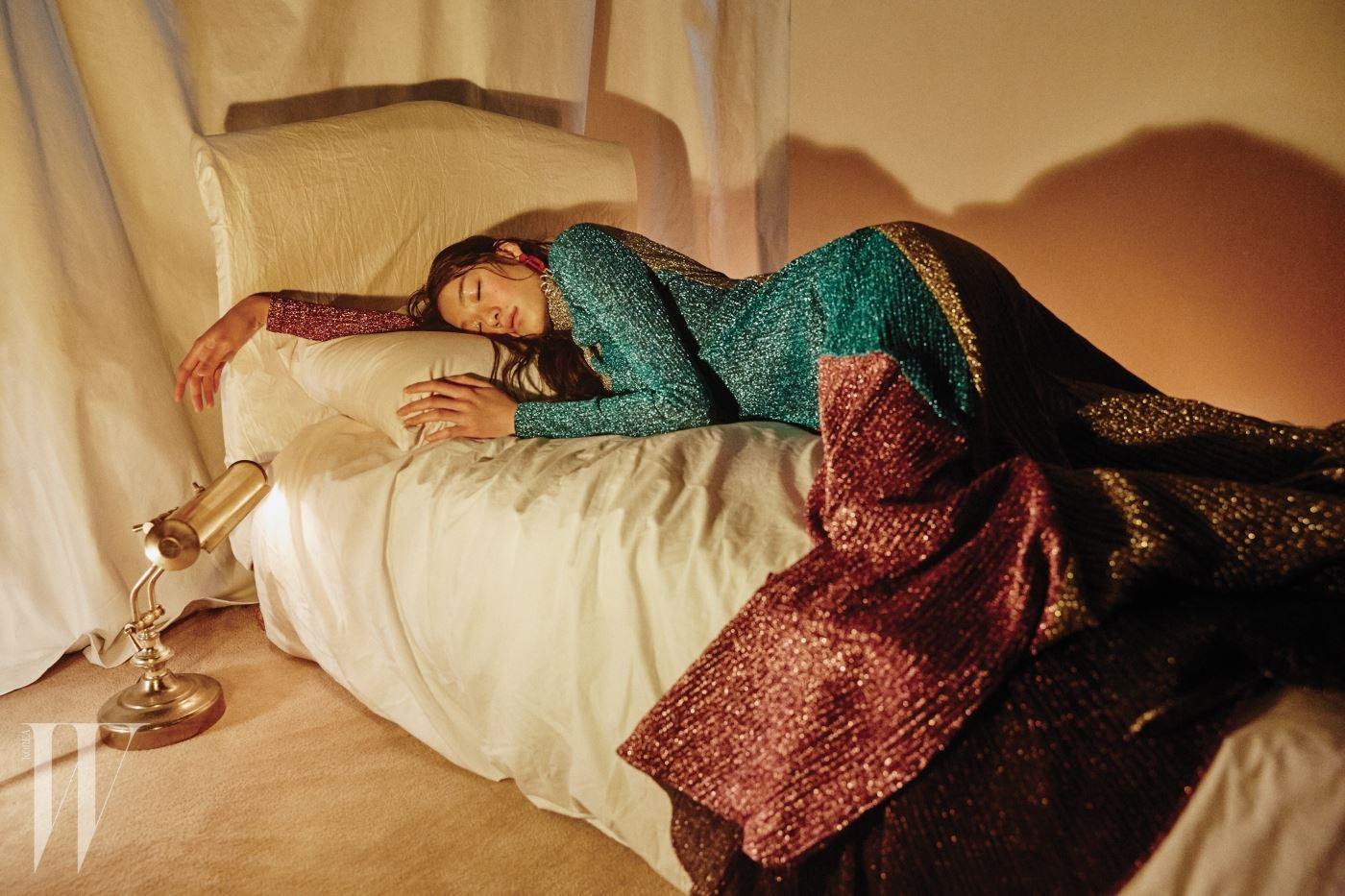 조형적인 패턴이 담긴 메탈릭 드레스는 Kye, 와이어 귀고리는 SJYP 제품.