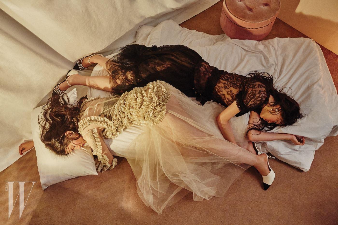 위부터 | 검은색 레이스 드레스와 크리스털이 장식된 링 귀고리, 진주 장식 플랫 슈즈는 모두 Chanel, 프릴이 로맨틱한 펄 장식 튤 드레스는 YCH, 안에 겹쳐 입은 레이스 브라톱은 Zara, 큼지막한 링 귀고리와 굽에 진주를 장식한 뮬은 Chanel 제품.