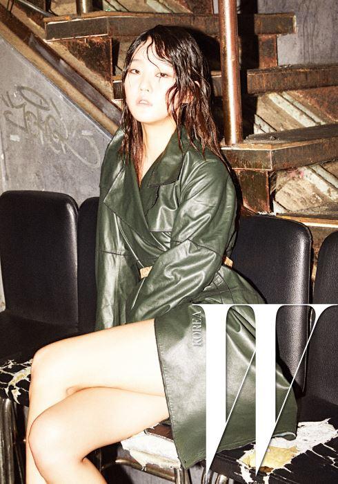 표범무늬 벨트가 인상적인 세련된 색감의 가죽 트렌치코트는 Obzee 제품.