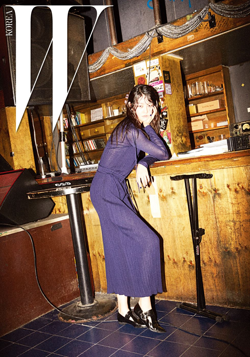 몸의 선을 아름답게 드러내는 니트 소재 롱 드레스와 버클 장식 슈즈는 Obzee 제품.