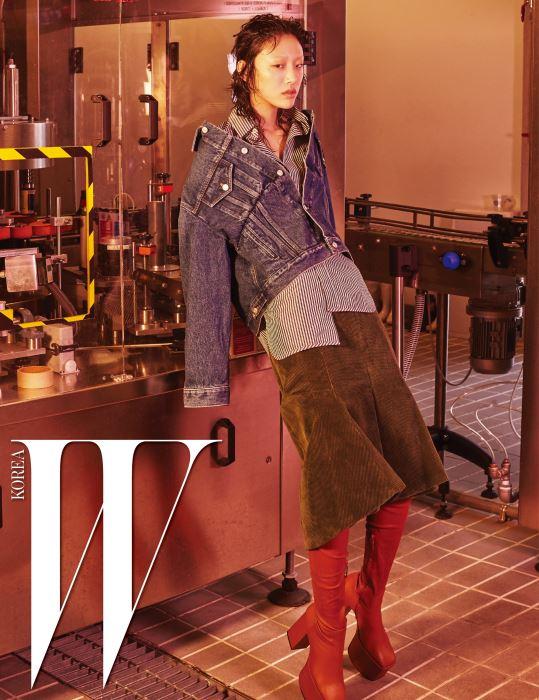 절개선이 독특한 스윙 데님 재킷, 남성적인 줄무니 셔츠, 코듀로이 소재의 킥 스커트, 캐멀색 플랫폼 사이하이 부츠는 모두 Balenciaga 제품.