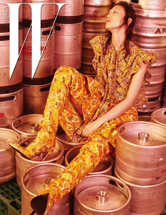 어깨 프릴 장식의 꽃무늬 실크 톱, 비즈 꽃자수 킥 스커트, 같은 소재의 사이하이 부츠는 모두 Balenciaga 제품.