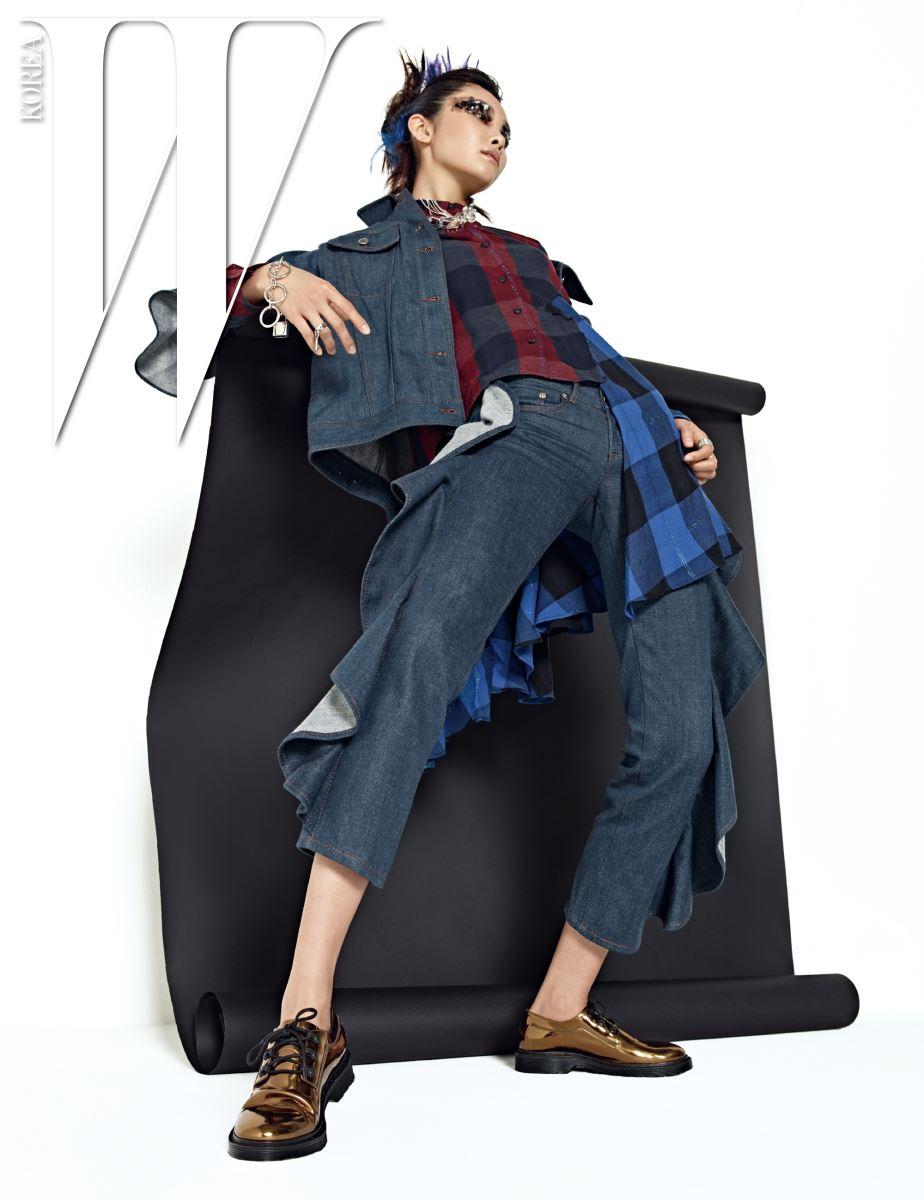 프릴 장식 데님 재킷, 팬츠, 비대칭 실루엣 체크무늬 셔츠, 금색 슈즈, 투명 체인 목걸이, 은색 목걸이, 체인 팔찌와 반지들은 모두 MM6 제품.