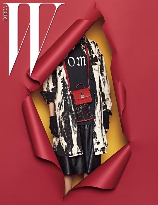 디스트로이드 프린트 롱 셔츠, 레터링 티셔츠, 가죽 쇼츠, 투명한 안감이 숨어 있는 빨강 미니 가방, 장갑과 반지는 모두 MM6 제품.