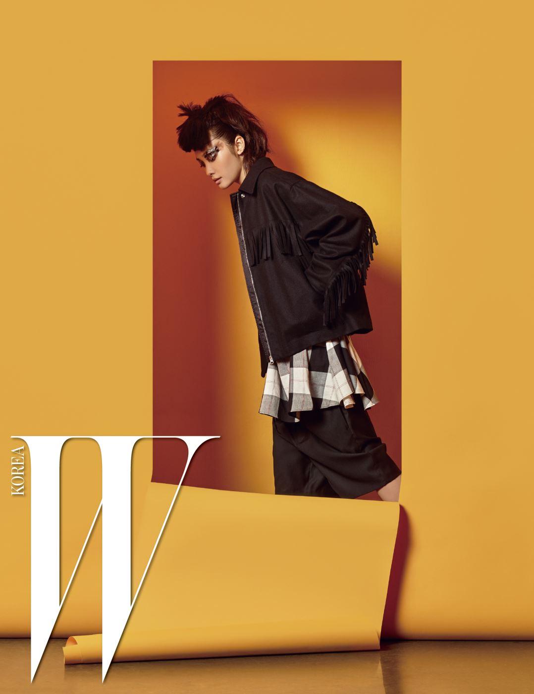 프린지 장식 재킷, 체크무늬 셔츠, 통넓은 쇼츠는 모두 MM6 제품.