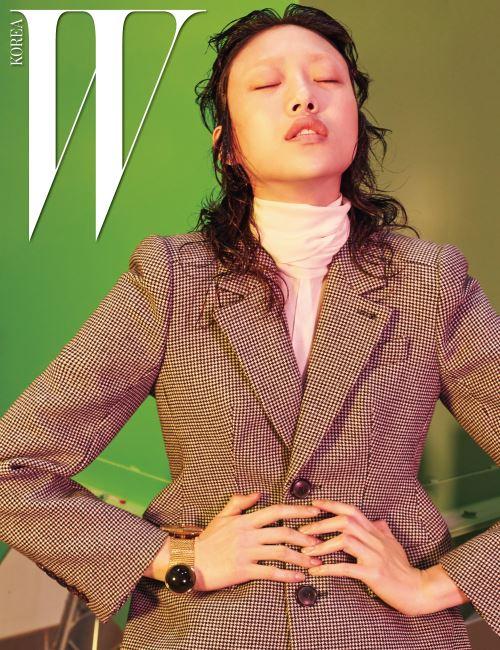모래시계 라인의 견고한 재킷, 스카프 장식의 실크 셔츠, 슬릿이 들어간 랩스커트는 모두 Balenciaga 제품.