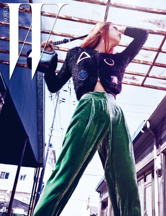 반짝이는 소재가 돋보이는 크롭트 재킷, 벨벳 팬츠, 체인 백은 모두 Emporio Armani 제품.