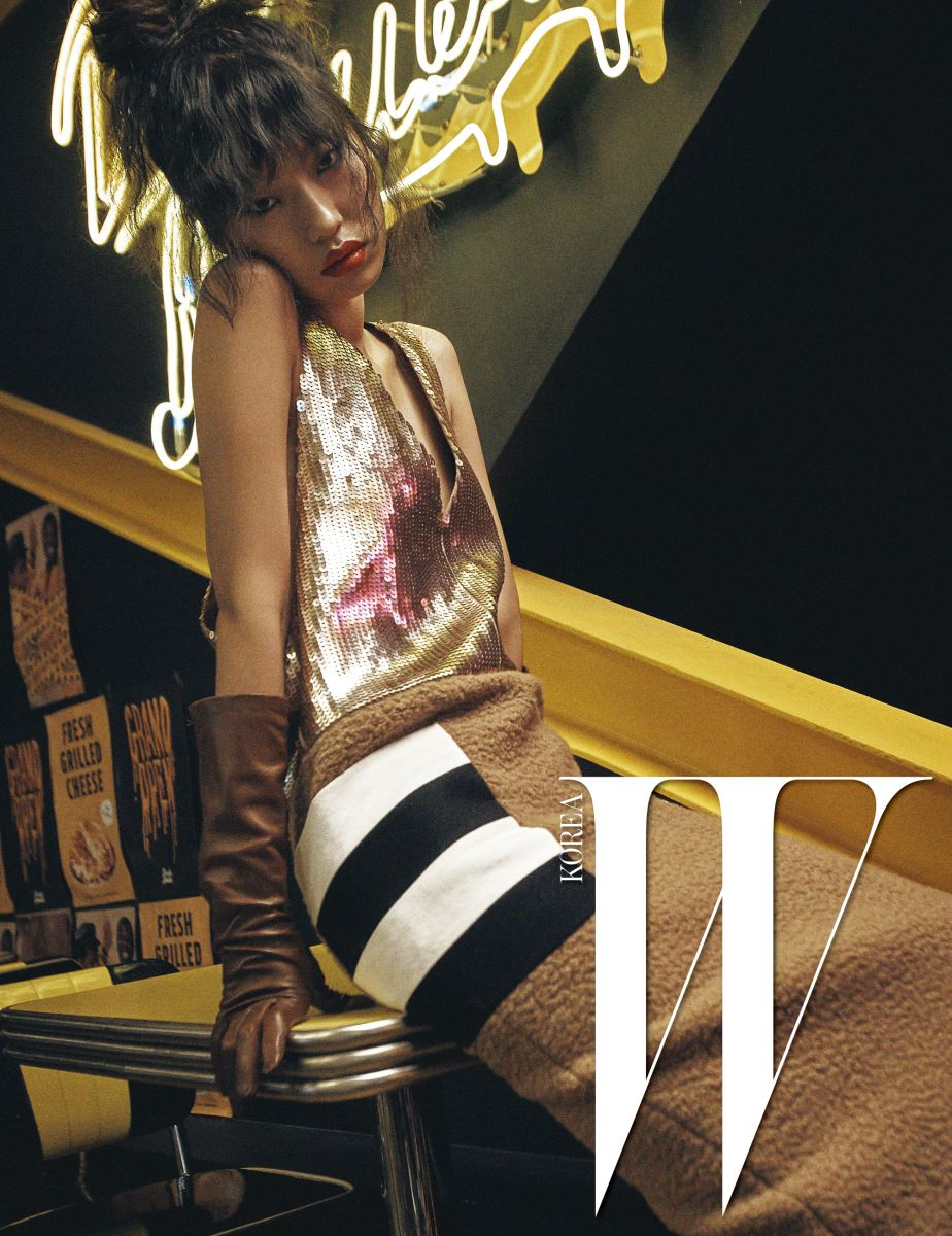 골드 스팽글 톱과 울 스커트가 하나로 이어진 드레스와 장갑은 모두 Max Mara 제품.