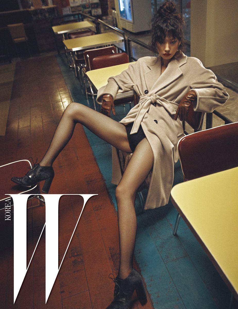 고급스러운 캐시미어 소재 마담 코트와 레이스업 부티, 갈색 가죽 장갑은 모두 Max Mara 제품.