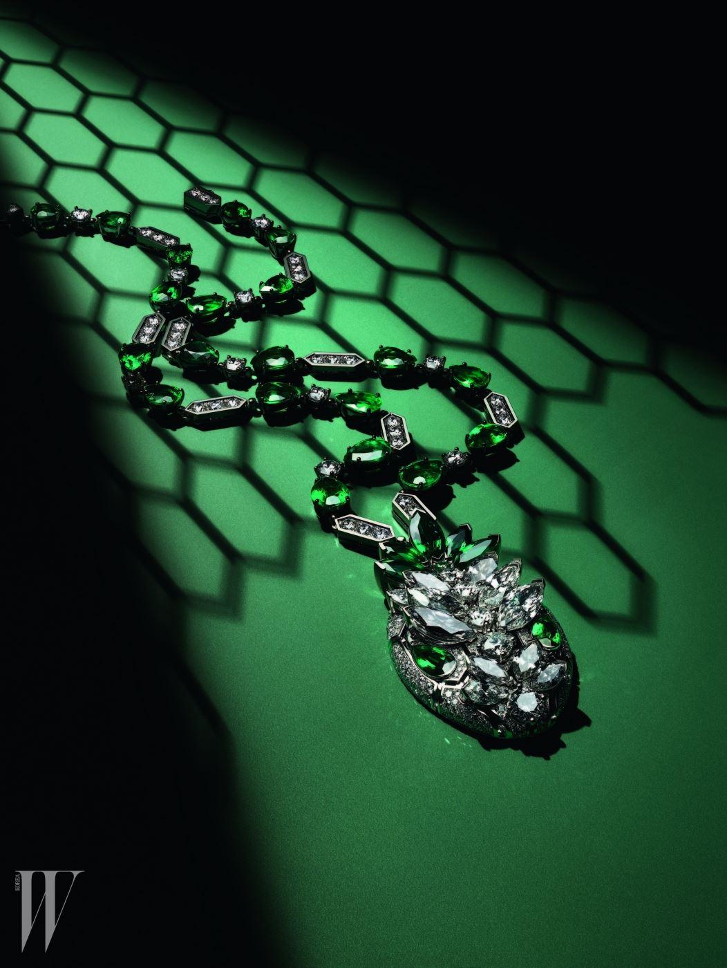 화이트 골드 소재에 파베 다이아몬드가 풀 세팅된 뱀 머리 형상의 뉴 세르펜티 펜던트 목걸이