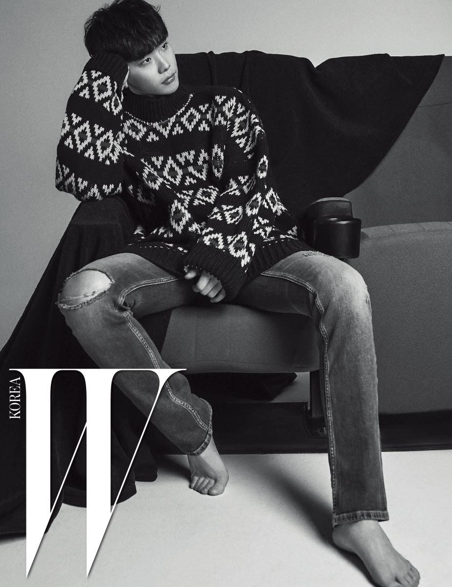 오버사이즈 스웨터는 Raf Simons by MUE, 데님 진은 Calvin Klein Jeans 제품.