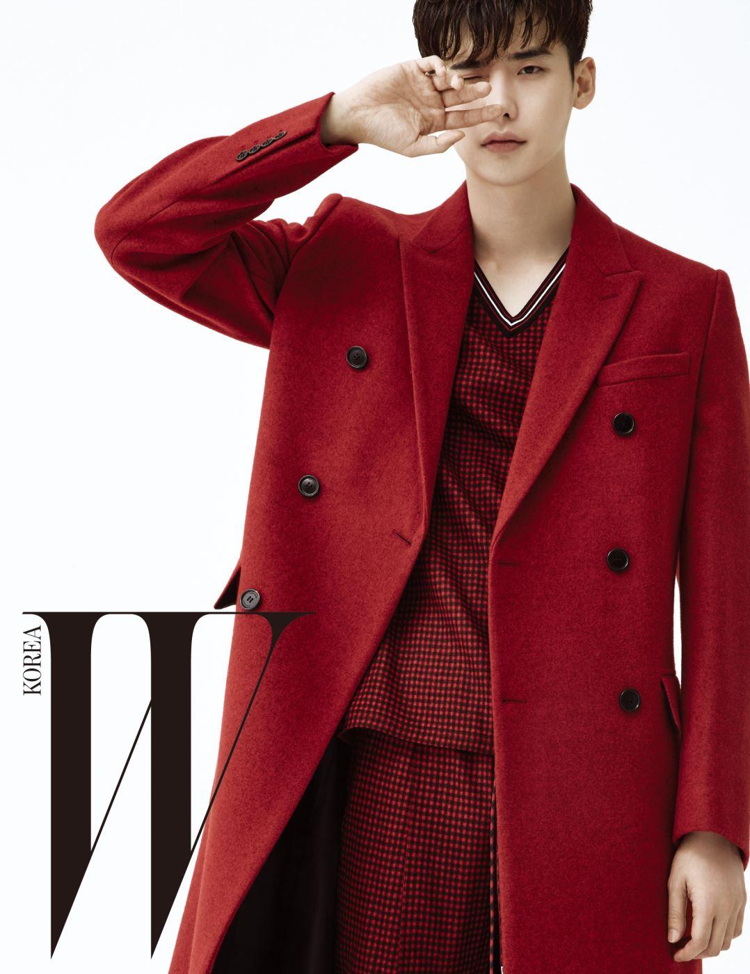 붉은색 테일러드 코트, 플래드 패턴의 캐주얼한 브이 네크라인 톱과 스트링 장식 팬츠는 모두 Dior 제품.