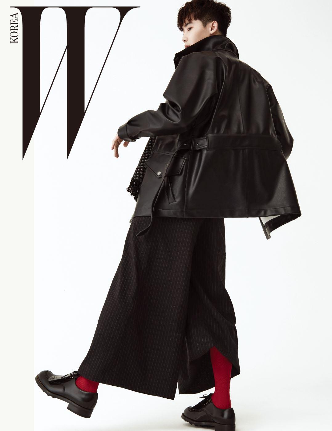 검정 가죽 재킷은 Bottega Veneta, 스카프는 Saint Laurent, 와이드 팬츠는 Caruso, 붉은색 양말과 슈즈는 Gucci 제품.
